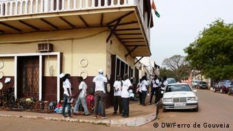Os guineenses são frequentemente abalados por ataques militares e golpes de Estado