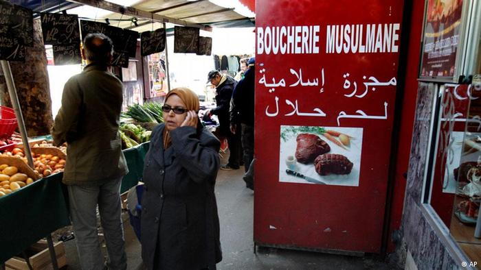 In this photo taken Friday, March 9, 2012, a shopper walks past a butcher shop at a market in Paris. President Nicolas Sarkozy has lamented the decline of the traditional French butcher and now wants all meat clearly marked halal, kosher or French while Prime Minister Francois Fillon has suggested that the ritual slaughter of animals by Muslims and Jews is out of sync with modern times. With polls showing Sarkozy will lose to Socialist rival Francois Hollande in the upcoming presidential election, the president is racing after third-place extreme-right candidate Marine Le Pen's voters. (Foto:Michel Euler/AP/dapd)