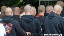 Teilnehmer der NPD-Veranstaltung «Rock für Deutschland» warten am Samstag (11.07.2009) in Gera auf Einlaß in einen abgesperrten Park. Zeitgleich protestieren mehrere hundert Menschen mit einer Kundgebung und einem Demonstrationszug gegen dieses Konzert. Die Veranstaltungen werden von einem Großaufgebot von Polizeieinheiten aus mehreren Bundesländern abgesichert. Foto: Peter Müller dpa/lth (zu dpa 4178 und lth 4172 vom 11.07.2009) +++(c) dpa - Bildfunk+++