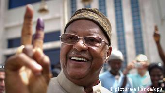 epa03150800 Former prime minister and presidential candidate, Carlos Gomes Junior reacts after casting his ballot in the presidential elections at a polling station in Bissau, Guinea-Bissau, 18 March 2012. The country of 1.5 million people are voting for a new president following the death of the Guinea-Bissau President Malam Bacai Sanha, on 09 January 2012. The country was obliged by law to hold elections within 90 days after the death of the former president. EPA/TANYA BINDRA +++(c) dpa - Bildfunk+++