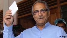 East Timorese President Jose Ramos-Horta shows his ballot before voting in the presidential election in Dili, East Timor, Saturday, March 17, 2012. East Timorese started voting for their new president Saturday, putting to test the young nation's political stability ahead of the departure of U.N. troops later this year. (Foto:Firdia Lisnawati/AP/dapd)