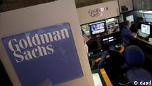 A trader works in the Goldman Sachs booth on the floor of the New York Stock Exchange Thursday, March 15, 2012. Greg Smith, an executive director at Goldman Sachs, resigned with a blistering public essay that accused the bank of losing its moral fiber, putting profits ahead of customers' interests and dismissing customers as muppets. (Foto:Richard Drew/AP/dapd))