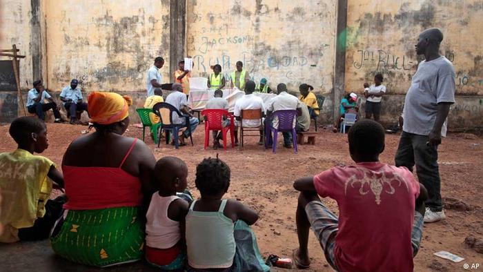 O povo da Guiné-Bissau está à espera das eleições. Na foto: contagem dos votos do último pleito de 2012