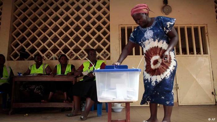 Eleitora guineense a votar nas eleições de 2012