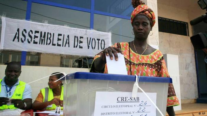 A woman casts her vote for president at a polling station in Bissau, Guinea-Bissau, Sunday, March 18, 2012. For the second time in two years, voters in Guinea-Bissau headed to the polls Sunday to choose a president for their small, coup-prone nation, hoping that this time their leader will bring stability and much-needed development.(Foto:Gabriela Barnuevo/AP/dapd)
