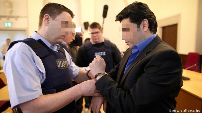 Der Angeklagte Ahmad S. wird in den Gerichtssaal des Koblenzer Oberlandesgerichts geführt. (Foto: dpa)