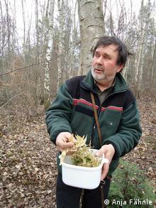 Oberforstrat Ingo Esser mit einer Handvoll Lindenblüten (Foto: DW)