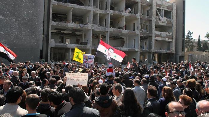تظاهرات هواداران بشار اسد در مقابل ساختمان ویرانشدهی دولتی در دمشق