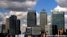 ARCHIV - Blick auf das Londoner Geschäfts- und Banken viertel Canary Wharf (Archivfoto vom 16.06.2009). Der Aufschrei am Finanzplatz London ist gewaltig. Der Kuschelkurs der britischen Regierung mit der wichtigsten Industrie im Land soll vorbei sein. Wer einen Bonus von mehr als 25 000 Pfund (derzeit rund 27 700 Euro) bekommt, dem nimmt der Staat die Hälfte weg. So sehen es die Banker. Sie fürchten um ihr eigenes Geld. Das Ausmaß ihrer Aufregung stimmt misstrauisch. Und einiges deutet darauf hin, dass von beiden Seiten viel heiße Luft kommt.EPA/ANDY RAIN +++(c) dpa - Bildfunk+++