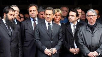 French President and UMP party candidate for the 2012 presidential election Nicolas Sarkozy, center, pauses as he speaks in front of the Ozar Hatorah Jewish school following a shooting incident, alongside France's Education Minister Luc Chatel, second from left, France's Jewish central Consistory Joel Mergui, second from right, and Pierre Cohen, mayor of Toulouse, right, in Toulouse, southwestern France, Monday, March 19, 2012. A motorcycle gunman opened fire Monday in front of a Jewish school in the French city of Toulouse, killing a rabbi, his two small sons and one other child, the prosecutor's office said. (Foto:Eric Cabanis, Pool/AP/dapd)