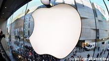 ARCHIV - Käuferschlangen warten beim Verkaufsstart des Apple iPad 3 am 16.03.2012 vor einem Laden in der Innenstadt in München (Oberbayern). Apple will am Montag (19.03.2012) bekanntgeben, wie sein Geldberg von knapp 100 Milliarden Dollar eingesetzt werden soll. Der iPhone-Hersteller setzte für 14 Uhr deutscher Zeit eine Telefonkonferenz mit Konzernchef an. Hinweise darauf, was dabei angekündigt werden könnte, gab Apple in der Mitteilung vom Sonntag nicht. Foto: Frank Leonhardt dpa +++(c) dpa - Bildfunk+++