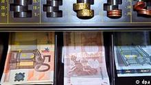 Geld in der Registrierkasse eines Ladens in München (Illustrationsfoto vom 05.05.2004). Foto: Peter Kneffel dpa