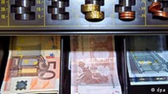 Geld in der Registrierkasse eines Ladens