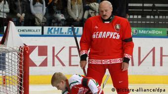 Александр Лукашенко во время хоккейного матча