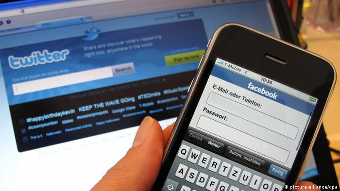 Smartphone and notebook with Twitter and Facebook pages (photo: dpa)