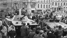 *ARCHIV**Sowjetische Panzer am 21. Aug. 1986 in der Prager Innenstadt Als in der Nacht zum 21. August 1968 sowjetische Panzer den Prager Fruehling niederwalzten, hinterliessen sie tiefe Spuren im internationalen Gedaechtnis weit ueber das Ende des Kalten Krieges hinaus. Neben sowjetischen, bulgarischen, polnischen und ungarischen Truppen beteiligten sich zumindest in der Planung auch Einheiten der Nationalen Volksarmee der DDR an der Militaeraktion. (ddp images/AP Photo/file) Prague resident carrying a Czechoslovakian flag attempt to stop a Soviet tank in downtown Prague on Aug. 23,1968 of Soviet-led invasion by the Warsaw Pact armies that crushed the so called Prague Spring reform in former Czechoslovakia 30 years ago. While many Czechs still remember the painful events, the more recent 1989 anti-communist revolution seems to have dwarfed the historical significance of Czech Communist leader Alexander Dubceks failed attempt to reform the Marxist system.(ddp images/AP Photo/file)