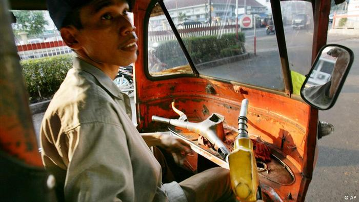 Indonesien Land und Leute Taxifahrer vor Tankstelle in Jakarta