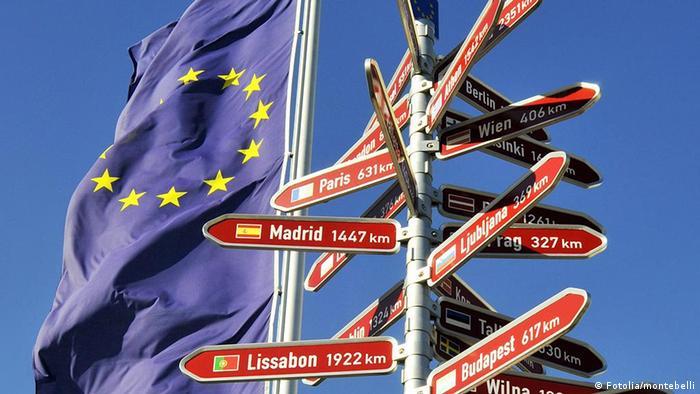 Symbolbild Europa Europaflagge mit Wegweiser zu Hauptstädten in Europa