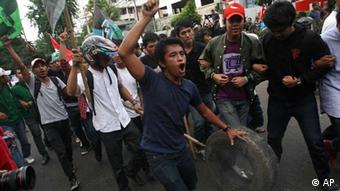 Indonesian students shout slogans during a demonstration against a government plan to raise fuel prices in Jakarta, Indonesia , Thursday, March 15, 2012. The Indonesian government plans to raise fuel prices by about 33 percent next month to avoid a budget deficit due to expensive fuel subsidies.(Foto:Achmad Ibrahim/AP/dapd)