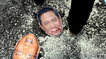 Defaced mask of Indonesian President Susilo Bambang Yudhoyono, center, and Energy Minister Jero Wacik, bottom left, lie on the ground during a protest against government's plan to raise fuel prices outside the Ministry of Energy And Mineral Resources in Jakarta, Indonesia, Friday, March 16, 2012. Indonesian government plans to raise fuel prices by about 33 percent next month to avoid a budget deficit due to expensive fuel subsidies. (Foto:Tatan Syuflana/AP/dapd)