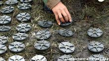 Ein kolumbianischer Soldat sammelt am 26.6.2003 in Usme 60 Kilometer entfernt von Bogota Landminen ein. Kolumbien vernichtet in Erfüllung der Konvention von Ottawa 496 Anti-Personen-Minen. Das internationale Abkommen war im Dezember 1997 von 125 Ländern unterzeichnet worden und trat am 1.3.1999 in Kraft.