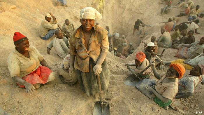 People digging for diamonds in Zimbabwe