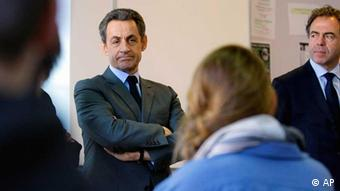 French President Nicolas Sarkozy, left, and Education Minister Luc Chatel, right, talk with pupils of the Francois Couperin College in Paris, in the classroom of their school, Tuesday, March 20, 2012, the day after a gunman on a motorbike opened fire at a Jewish school in the French city of Toulouse, southwestern France. Hundreds of police blanketed southern France on Tuesday, searching for a gunman, possibly a racist, anti-Semitic serial killer, who killed four people at a Jewish school and may have filmed his attack.(Foto:Jacques Brinon Pool/AP/dapd)