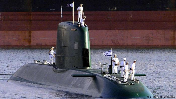 Das erste von drei in Deutschland gebauten U-Booten der israelischen Marine, die INS Dolphin, ist in den Heimathafen Haifa eingelaufen (Archivfoto vom 27.07.1999). Die israelische Marine bekommt nach Presseberichten zwei neue U-Boote aus Deutschland. An den Kosten von einer Milliarde Euro werde sich Berlin zu einem Drittel beteiligen, berichten die Magazine «Der Spiegel» und «Focus». Israel hat bereits drei in Deutschland gebaute U-Boote der «Dolphin»-Klasse im Einsatz. Sie wurden nach dem ersten Golfkrieg der USA gegen den Irak 1999 und 2000 geliefert. Foto: Nackstrand (zu dpa 4186 vom 19.11.2005) +++(c) dpa - +++