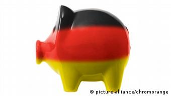Sparschwein mit deutschen Nationalfarben picture-alliance/chromorange