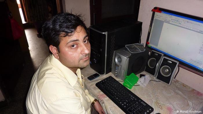 Mohit Sharma, a lawyer in Delhi infront of his computer (Photo: DW/Murali Krishnan)