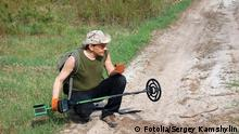 Digging a hole to retrieve signal metal detecting © Sergey Kamshylin - Fotolia.com
