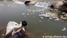 Ressourcenknappheit Indien Kind Trinkwasser