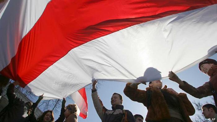 Участники акции протеста оппозиции с историческим бело-красно-белым флагом