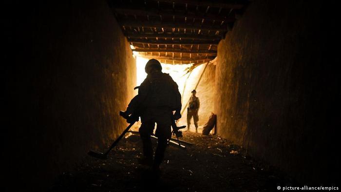US-Soldaten bei der Untersuchung eines Gebäudes (Foto: dpa)