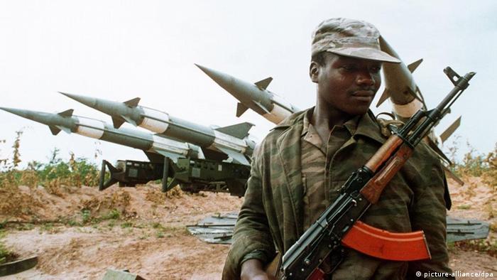 Soldado com uma Kalaschnikow durante a guerra civil em Cuito Cuanavale, Angola