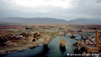(FILE) A file picture dated 09 December 2008 shows a general view of the village of Hasankeyf, an ancient city with roots going back 10,000 years and located along the Tigris (Dicle) River in south-east Turkey's Batman province. Turkey has decided to begin work on the controversial Ilisu dam in the country's south-east without international funds, the country's minister of environment was quoted on 16 June 2009 by local media. A 300-square-kilometre lake would be created by the 1820-metre long, 135-metre high Ilisu dam, which would flood the archeologically important city of Hasankeyf. Academics at Turkey`s prestigious Bosphorus University are urging the government to halt a controversial dam project in the country`s southeast, the daily Radikal reported on 02 April 2010. More than 100 professors at the Istanbul university signed a declaration opposing the building of the Ilisu dam, which they said would lead to the flooding of the historically-significant town of Hasankeyf and cause environmental damage along the valley of the Tigris river. EPA/TOLGA BOZOGLU Schlagworte	, Umwelt, Türkei/Energie/Umwelt/