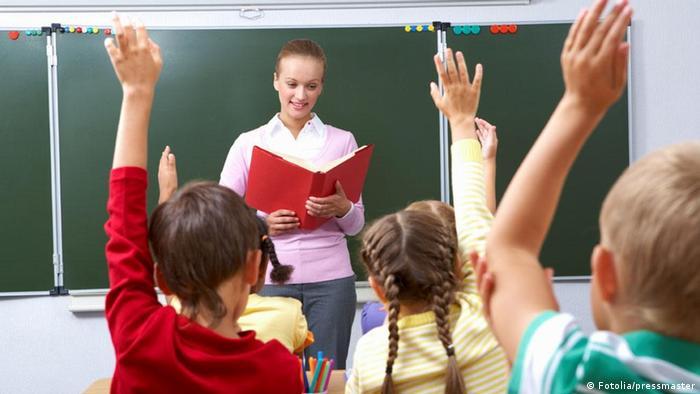Djeca s učiteljicom u učionici