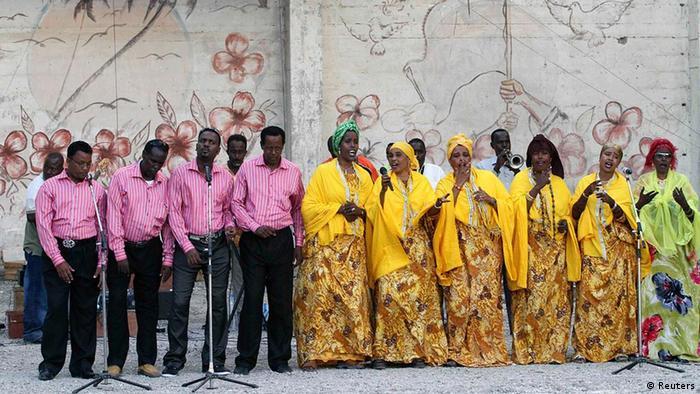 Somalia Nationaltheater Chor singt vor Theater in Mogadischu (Reuters)
