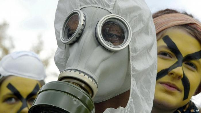 Protesters dress up in gas masks watching the Castor Transport to Gorleben (Photo: Christof Stache)