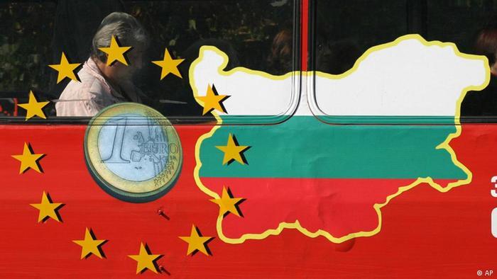 Монета от 1 евро на фона на картата на България