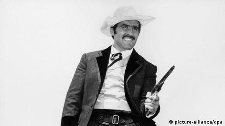 Mario Adorf als Pistoleo mit gezogenem Colt (Foto: picture alliance dpa)