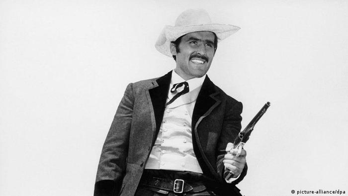 A still from 'Winnetou': Actor Mario Adorf as a cowboy (picture-alliance / dpa)