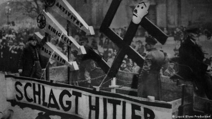 Три стрелы против свастики на демонстрации против нацистов