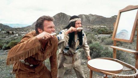 Eine Szene aus dem Film Schuh des Manitu: Zwei Personen stehen in der Wüste und putzen sich vor einem Spiegel die Zähne.