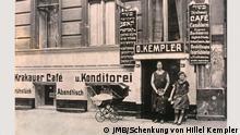 Eingang der Konditorei Kempler und des »Krakauer Café« in der Grenadierstraße, Berlin 1926 © JMB, Schenkung von Hillel Kempler Sonderausstellung »Berlin Transit« Jüdische Migranten aus Osteuropa in den 1920er Jahren Quelle: http://www.jmberlin.de/main/DE/06-Presse/03-Fotodownload/19-BerlinTransit/auswahl-berlintransit.php ### Folgende Pressefotos können zur Bebilderung redaktioneller Beiträge über das Jüdische Museum Berlin unter Nennung der Bildunterschriften und Copyrightangaben honorarfrei verwendet werden. ###