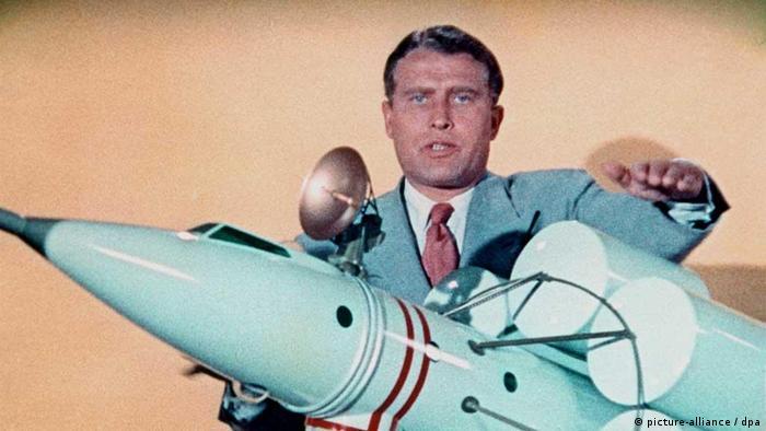Wernher von Braun mit einem Raketenmodell