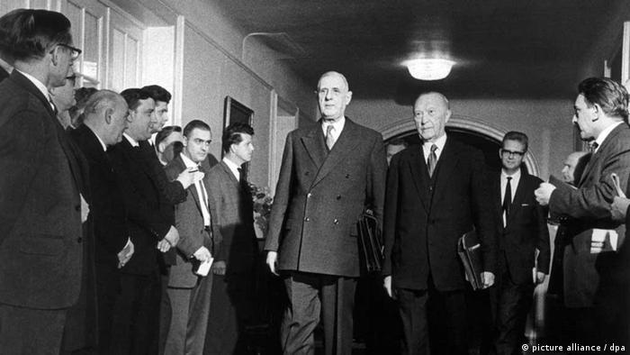 Charles de Gaulle (e) ao lado do chanceler alemão Konrad Adenauer, em 1969