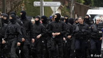 French special intervention police officers leave the area in Toulouse, France Thursday March 22, 2012 where an Islamic extremist died Thursday after jumping from his window, gun in hand, in a fierce shootout with police. The death of Mohamed Merah, 23, ended a more than 32-hour standoff with an elite police squad trying to capture him alive. Merah was wanted in the deaths of seven people, three paratroopers, three Jewish schoolchildren and a rabbi, all killed over 10 days.(Foto:Bob Edme/AP/dapd)