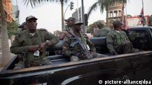 Angolanische Soldaten sitzen am Mittwoch (13.07.2011) in Luanda in Angola auf einem Pickup. Bundeskanzlerin Merkel hat Angola auf ihrer Tour durch Afrika besucht. Foto: Michael Kappeler dpa Schlagworte International, Angola, Deutschland, Armee, Militär