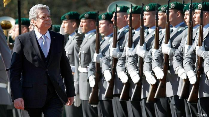 New German President Joachim Gauck walks in front of soldiers during a military welcome ceremony at the Bellevue Palace in Berlin, Germany, Friday, March 23, 2012. (Foto:Michael Sohn/AP/dapd)